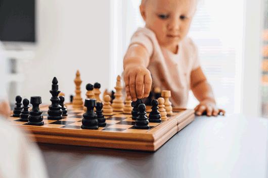 Child playing chess, Kind das Schach spielt